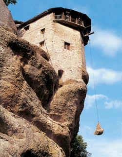 Метеоры: подъем груза на монастырскую скалу